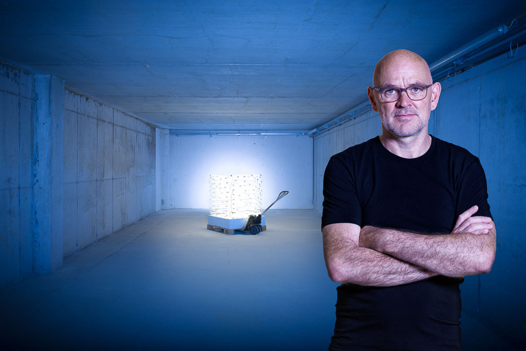 Bruno Wank, Installationskünstler München/Görisried mit seinem 1 m³ Licht in der Verpackerei GÖ