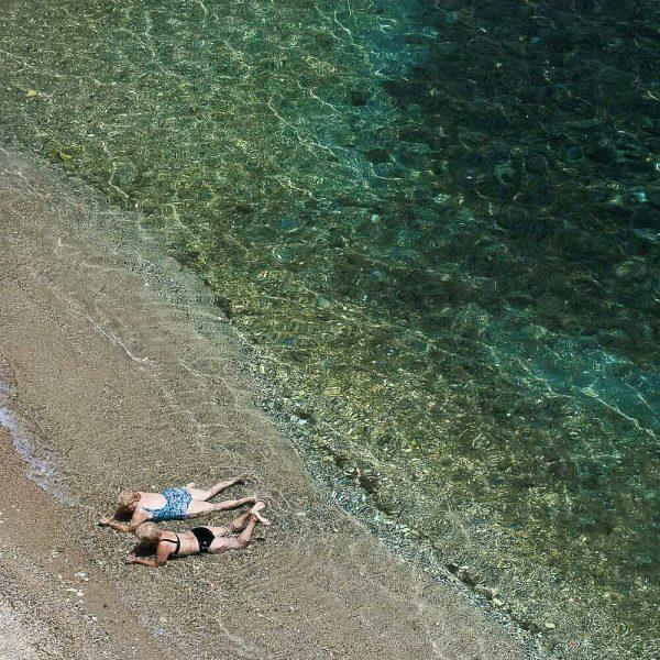 Streetfotografie Strand Frauen am Meer in Griechenland Mittelmeer Insel Kees van Surksum Fotograf im Allgäu