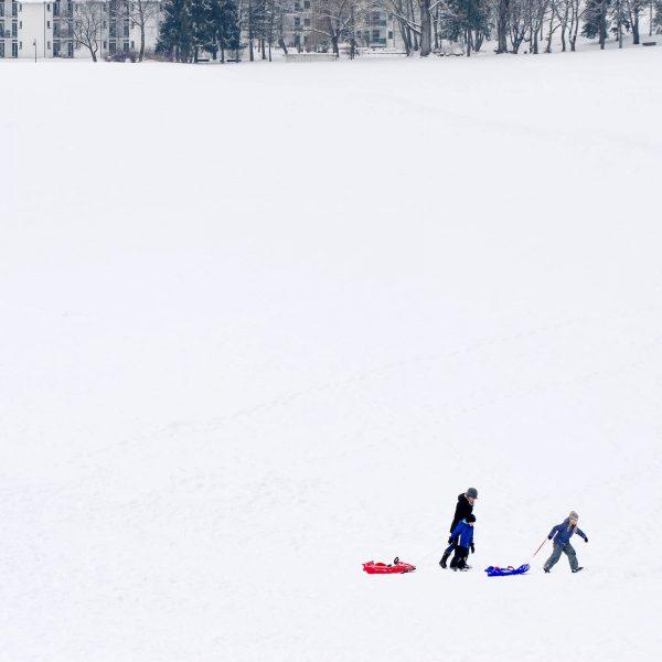 Allgäuer Winter Frau und Kinder im Schnee Fotograf Kees van Surksum auf Instagram