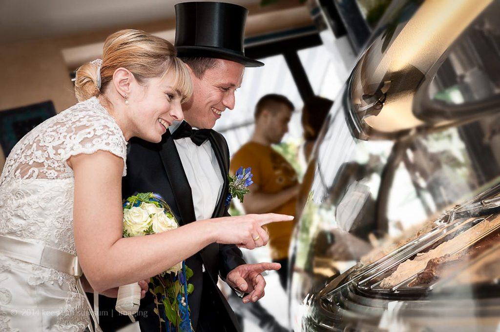 Hochzeitsfotografie, Brautpaar Eisdiele Hochzeitsfotograf Trauung Kees van Surksum