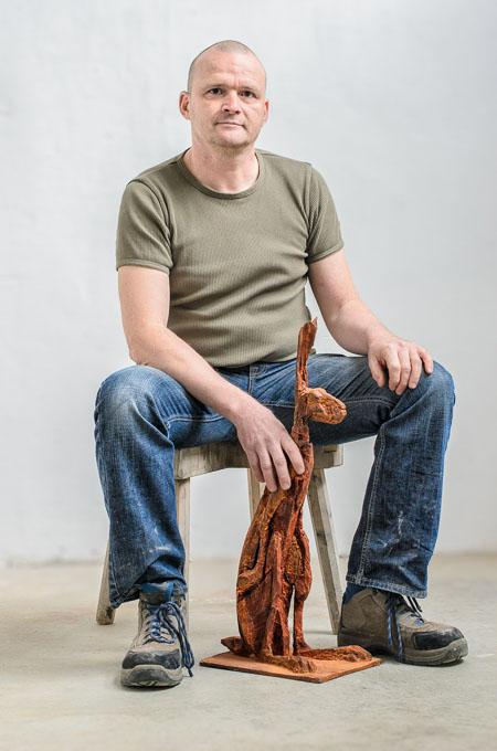 Portraitfotografie Portrait Künstler Bildhauer und Architekt Winfried Becker aus Kempten für Kunstkatalog Fotograf Kees van Surksum Altusried München Ulm Bodensee Schwaben