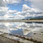 Landschaft im trockenen Forggensee zwischen Schwangau und Füssen im Ostallgäu. Spiegelung Wolken in Wasser vom See, Landschaftsfotografie Kees van Surksum Altusried
