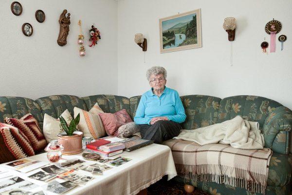 Portrait frühere Heimatvertriebene aus dem Egerland in Tschechien in ihrem Wohnzimmer in Kempten Bild aus der Ausstellung Frau Land Flucht, Allgäu Fotograf Kees van Surksum