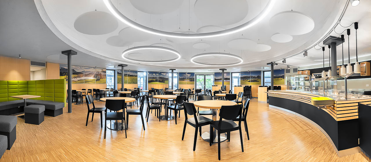 Businessfotografie Interieuraufnahme Mensa Gastronomie Kolping Akademie in Memmingen Großküche von HAKA fotografiert von Fotograf Kees van Surksum aus Kaufbeuren München