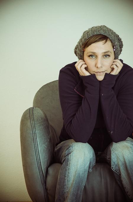 Portrait der Künstlerin Gwendolyn Bood aus kempten im Allgäu Portraitfotografie von Kees van Surksum Kaufbeuren München